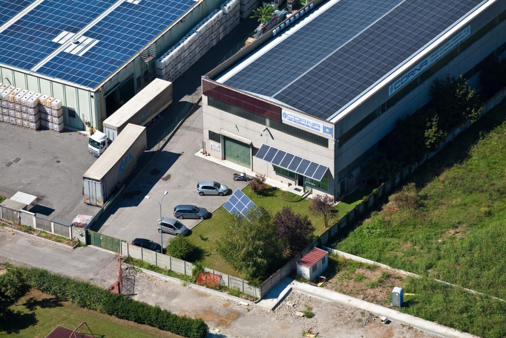 fotografie parcheggio azienda con tetto fotovoltaico