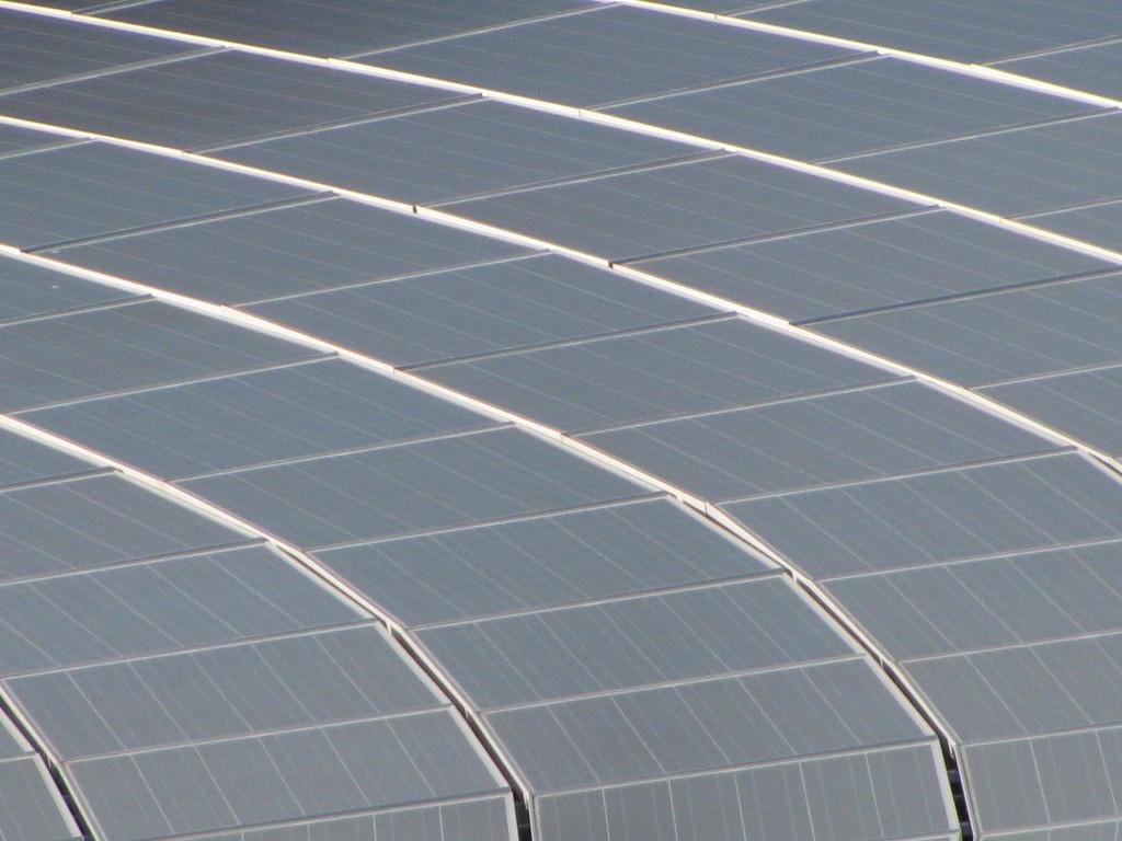 fotografie particolare impianto fotovoltaico su tetto curvo
