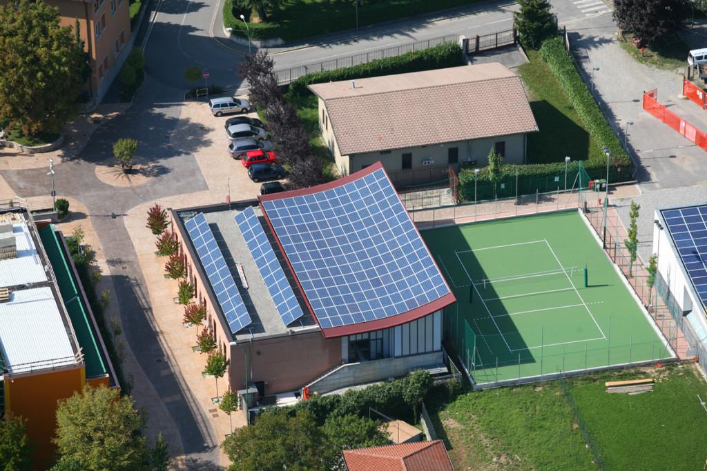fotografie aerea centro sportivo con tetto in fotovoltaico